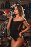 Питьевая вода девушки в гараже Стоковая Фотография