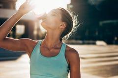 Питьевая вода женщины после встречи разминки Стоковое Изображение RF