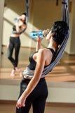 Питьевая вода женщины после тренировки Стоковое Фото