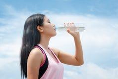 Питьевая вода женщины спортсмена после разрабатывает работать Стоковые Фото