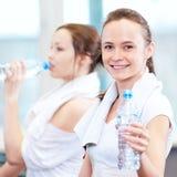 Питьевая вода женщин после спортов стоковая фотография