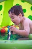 питьевая вода мальчика Стоковое Изображение RF