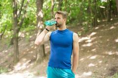 Питьевая вода питьевая вода человека после тренировки человек выпивая здоровую воду спортсмен имеет жажду и питьевую воду Стоковые Фото