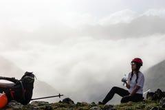 Питьевая вода hiker девушки на горе Стоковые Изображения RF