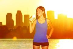 Питьевая вода бегуна фитнеса после хода города Стоковая Фотография