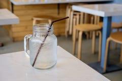 Питьевая вода в ретро стеклянном опарнике (опарник каменщика) Стоковые Изображения RF