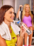 Питьевая вода девушек в спортзале спорта Стоковое Изображение RF