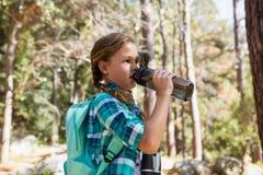 Питьевая вода девушки в лесе Стоковое Изображение