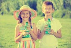 Питьевая вода 2 детей Стоковое Фото