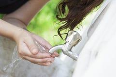Питьевая вода женщины в парке Стоковые Изображения