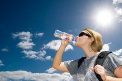 Питьевая вода женщины от бутылки Стоковое фото RF