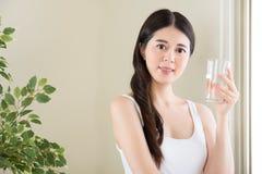 Питьевая вода как мыть ваши внутренности вода очистит s Стоковые Изображения RF