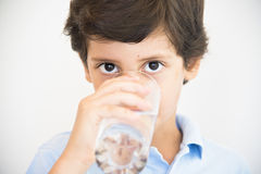 Питьевая вода мальчика Стоковое фото RF