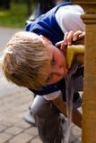 Питьевая вода мальчика outdoors стоковые изображения