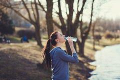 Питьевая вода молодой женщины Стоковое Фото