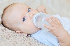 Питьевая вода младенца стоковая фотография