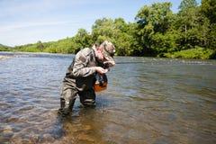 Питьевая вода рыболова от реки стоковые изображения rf