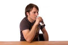 Питьевая вода человека в стекле Стоковые Фотографии RF