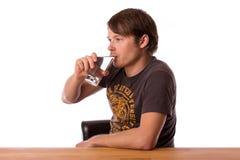 Питьевая вода человека в стекле Стоковое фото RF