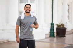 Питьевая вода человека после бежать outdoors Стоковая Фотография RF