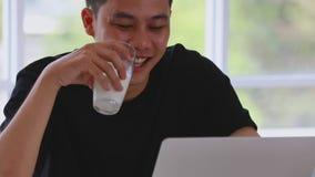 Питьевое молоко человека и ноутбук использования в живя комнате видеоматериал