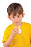 Питьевое молоко мальчика от стеклянной чашки Стоковые Фотографии RF