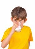 Питьевое молоко мальчика Стоковое Изображение