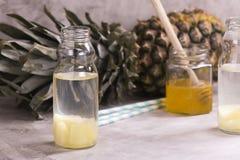 Питье ананаса в малой стеклянной бутылке Стоковое Изображение RF