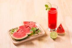 Питье арбуза в стеклах с кусками арбуза в summert Стоковое Фото