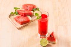 Питье арбуза в стеклах с кусками арбуза в summert Стоковые Изображения