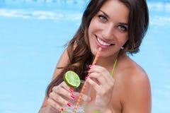 питье брюнет около sipping бассеина милый Стоковое фото RF