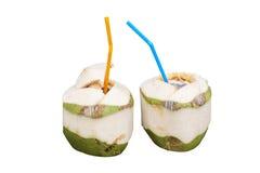 Питье воды кокоса с соломой на изолированный Стоковые Изображения RF