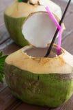 Питье воды кокоса Стоковые Фото