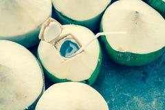 Питье воды кокоса Стоковая Фотография RF