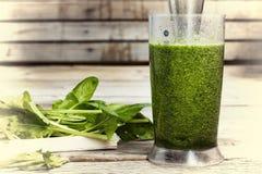 Питье вытрезвителя сделанное от шпината, огурца, известки и авокадоа Правильное питание Питье ВЫТРЕЗВИТЕЛЯ сделанное от зеленых о Стоковое Фото