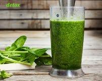Питье вытрезвителя сделанное от шпината, огурца, известки и авокадоа Правильное питание Питье ВЫТРЕЗВИТЕЛЯ сделанное от зеленых о Стоковое Изображение