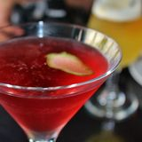 Питье в стекле коктеиля стоковые фото
