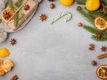 Питье горячего шоколада зимы в чашке на tangerines украшениях серых конкретных предпосылки праздничных копирует космос Стоковые Изображения