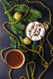 Питье горячего шоколада рождества, взгляд сверху Чашка цвета затеняемый спрус Стоковое Фото