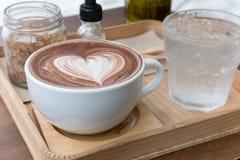 питье горячего шоколада с искусством latte сердца очень вкусное bever какао Стоковое фото RF