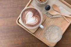 питье горячего шоколада с искусством latte сердца очень вкусное bever какао Стоковая Фотография RF