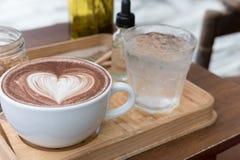 питье горячего шоколада с искусством latte сердца очень вкусное bever какао Стоковые Изображения RF