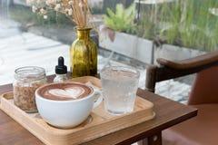 питье горячего шоколада с искусством latte сердца очень вкусное bever какао Стоковое Изображение RF