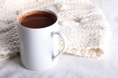 Питье горячего шоколада в белой кружке Стоковое Фото