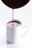Питье горячего шоколада в белой кружке Стоковые Фото
