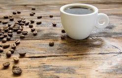 Питье деревянной винтажной предпосылки зерен кофейной чашки фасолей горячее Стоковое Изображение