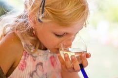 Питье девушки выпивая Стоковое Изображение RF