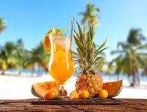 Питье лета с пляжем нерезкости на предпосылке Стоковая Фотография RF