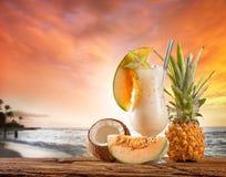 Питье лета с пляжем нерезкости на предпосылке Стоковая Фотография