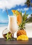 Питье лета с пляжем нерезкости на предпосылке Стоковое Изображение RF